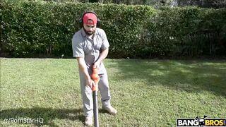 Skyla Novea - Horny housewife wants the gardener's D